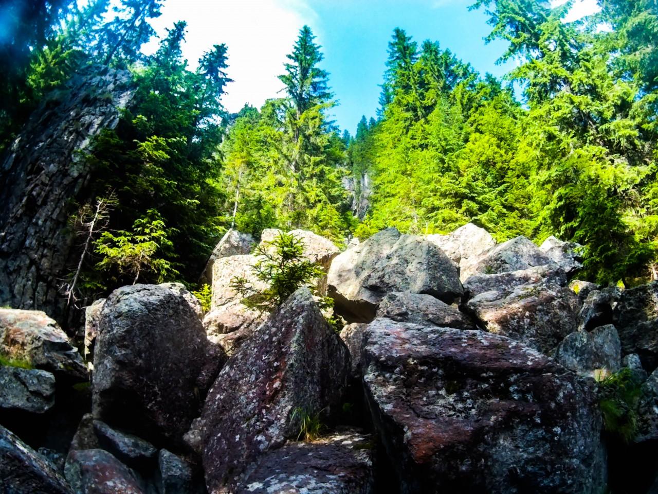 Kicsit csalóka...itt nem fel, hanem csak a sziklák mellett kellett elhaladni.