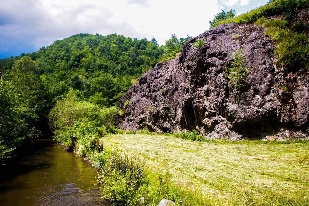 A Dregán-víztározó felé vezető út menti sziklák szépsége elámít