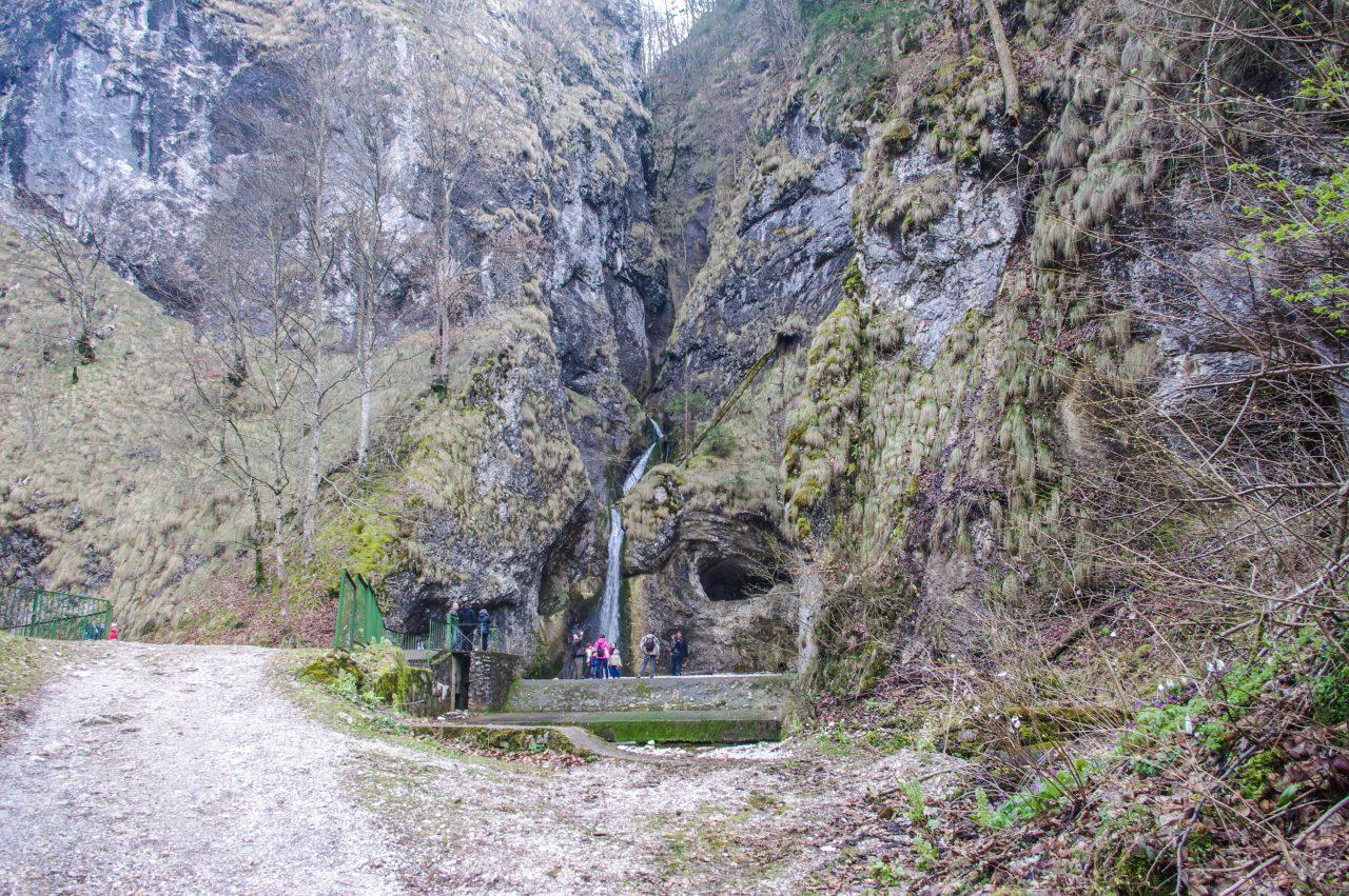 A vízesés menti sziklafalak