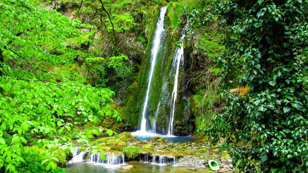 A Vízesés jelzi a Zichy-barlang bejáratát