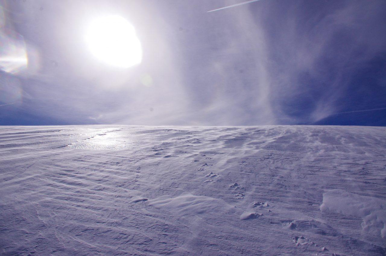 A száraz havat hordó szélen keresztül átsütő nap látványa nem mindennapi