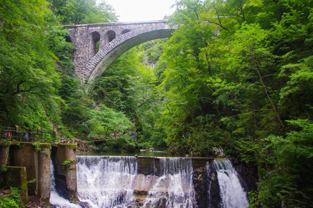 A 13 m magas Šum-vízesés és két emberi kéz által épített kőhíd