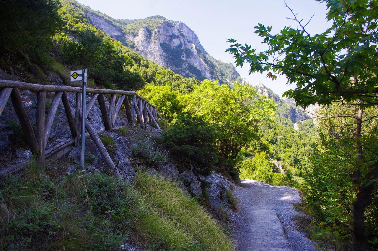 A kanyon felső pereme felé tartó E4-es ösvény