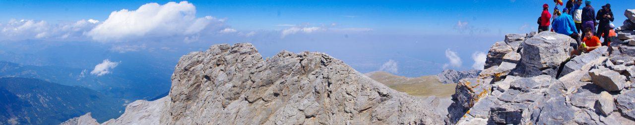 Háttérben az Olümposz riviéra az Égei-tengerrel.